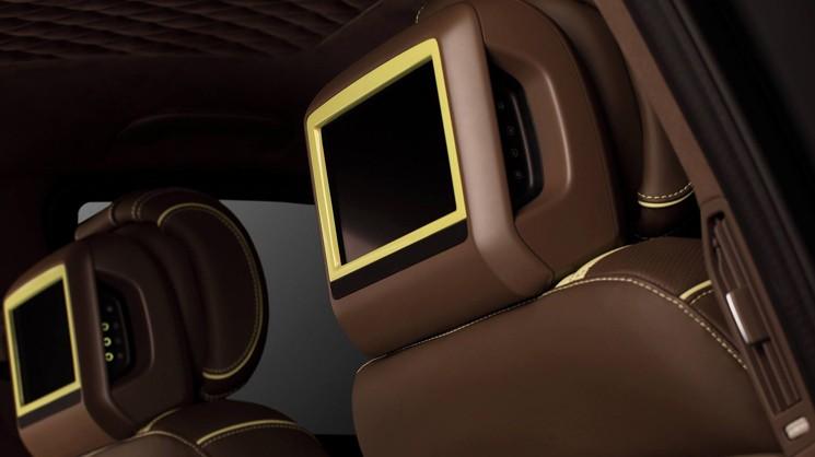 Установленные накладки на подголовники с мониторами на Mercedes-Benz