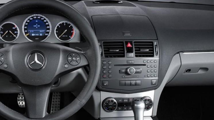 Установленное головное устройство Comand NTG 4.0 в Mercedes-Benz C-Class (W204)